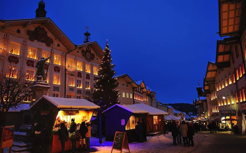 Stände auf Weihnachtsmarkt in Bad Tölz