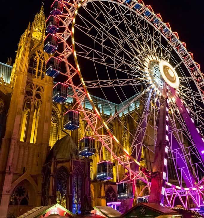 Riesenrad vor Kirche in Metz
