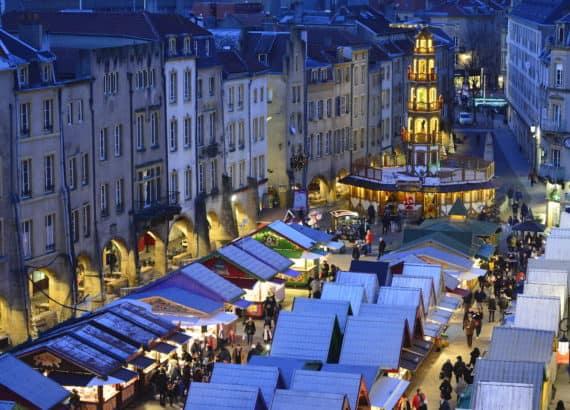 Beleuchteter Weihnachtsmarkt in Metz, Frankreich