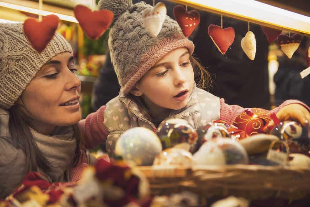Mutter und Kind staunen über kandierte Äpfel