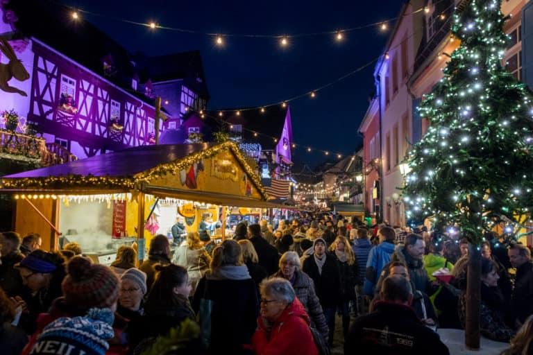 Abendlicher Spaziergang über den Weihnachtsmarkt der Nationen in Rüdesheim
