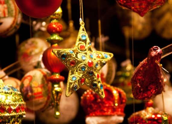 Christbaumschmuck auf dem Weihnachtsmarkt