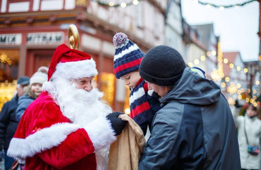 Nikolaus beschenkt kleines Kind