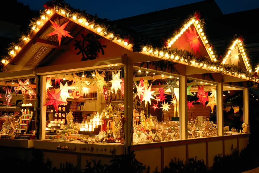 Weihnachtsmarktbude beleuchtet