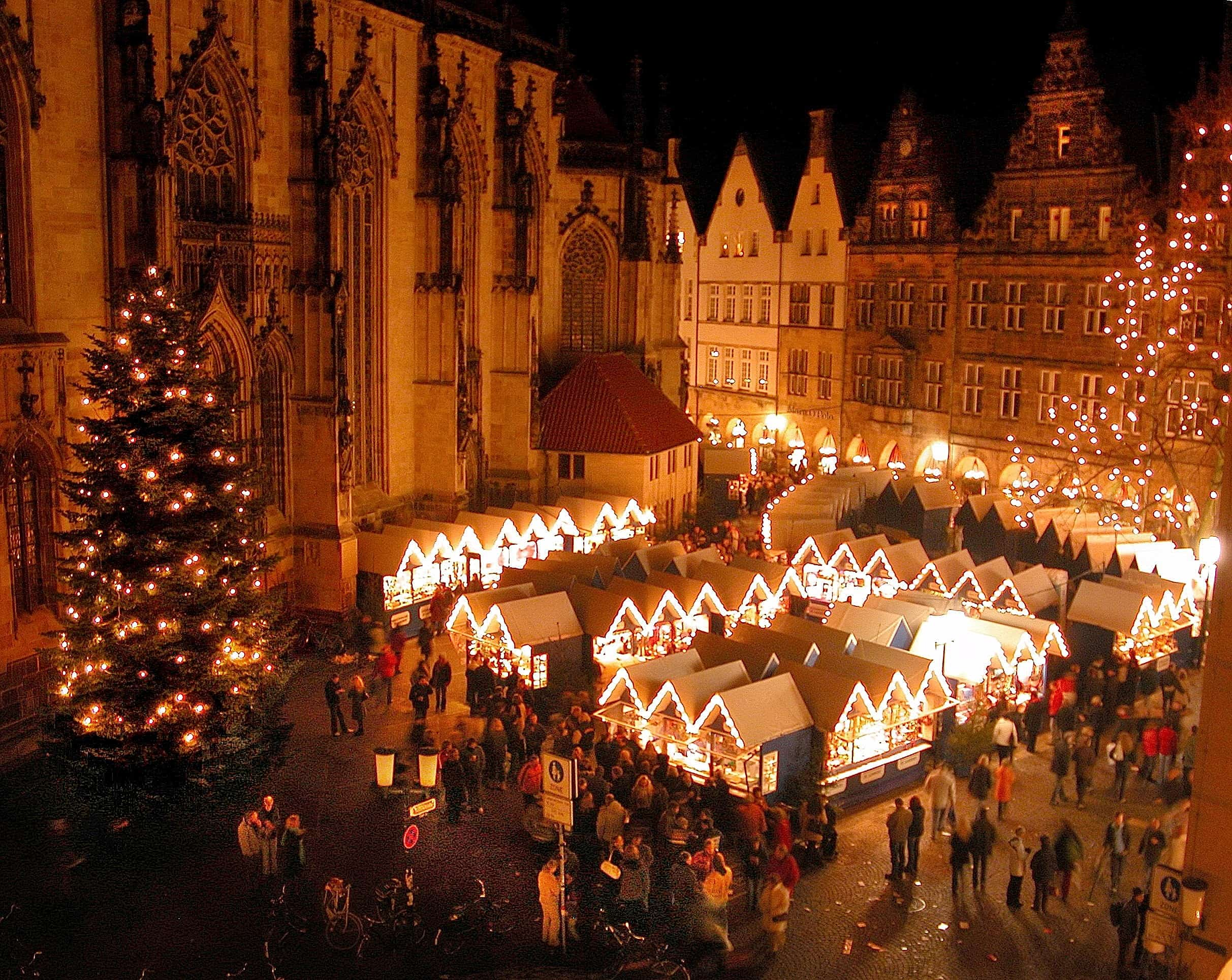 Abendliche Kulisse des Weihnachtsmarktes in Münster bei St. Lamberti