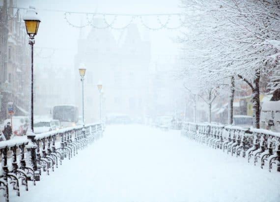 Verschneite Brücke während der Weihnachtszeit