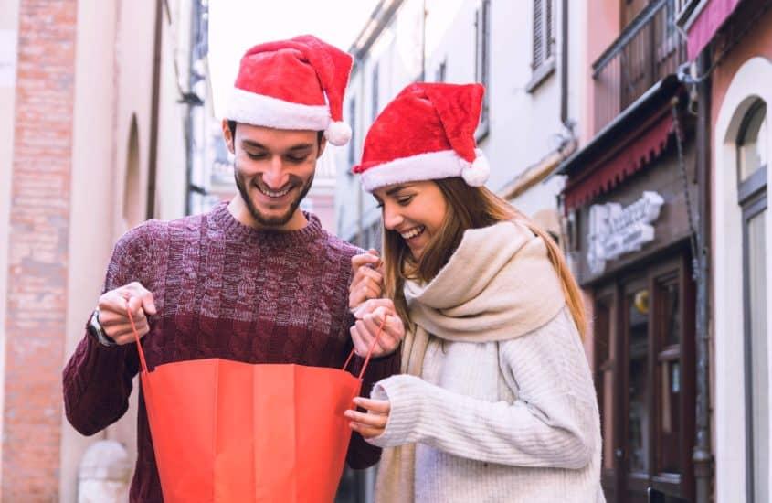 Junges Paar war zum Weihnachtsshopping