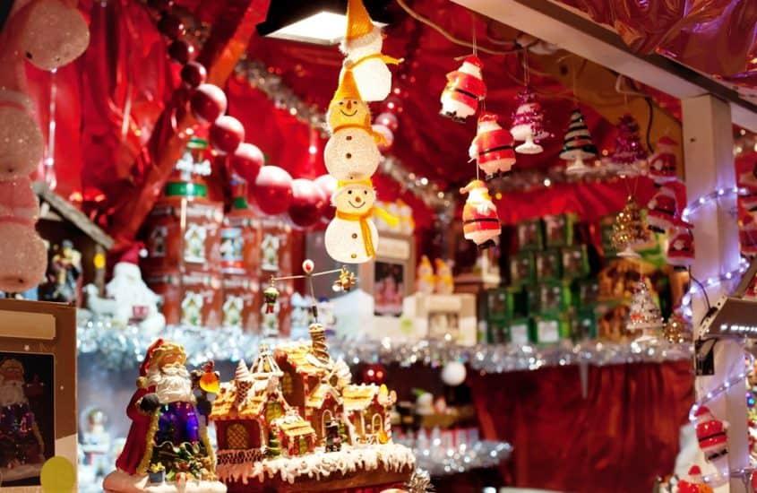 Weihnachtsbaumschmuck auf dem Weihnachtsmarkt