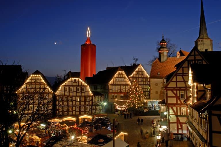 Weihnachtsmarkt unter der größten Kerze der Welt