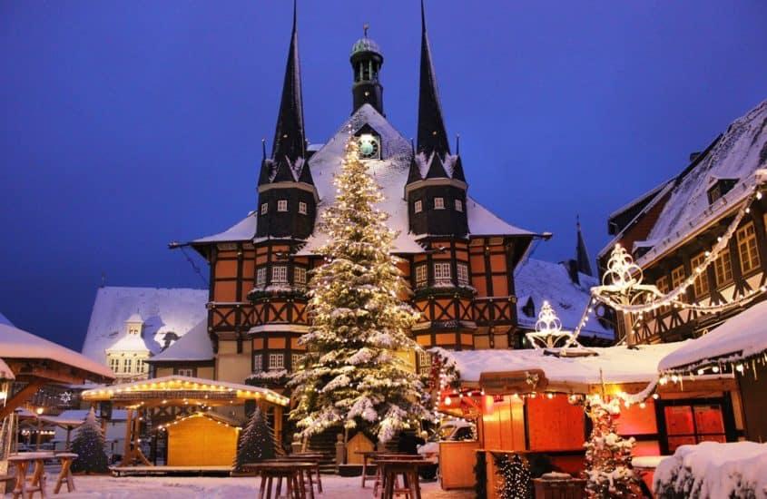 Weihnachtsmarkt mit Kirche