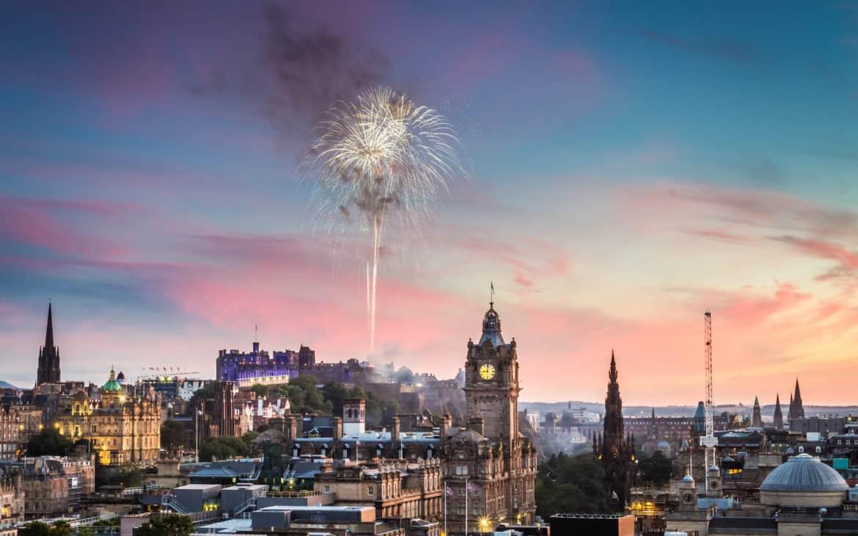 Feuerwerk über Kirche in Edinburgh