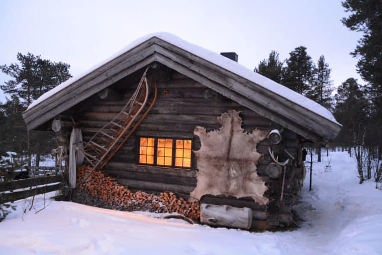 Holzhütte in norwegischer Schneelandschaft