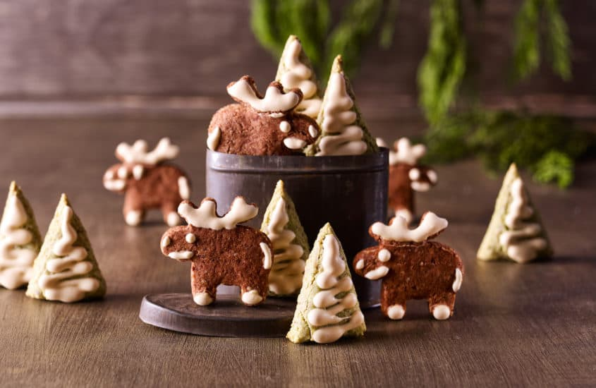 Haselnuss-Plätzchen in Elch- und Weihnachtsform