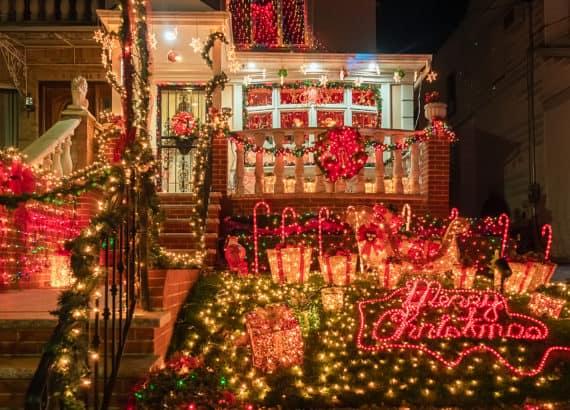 Weihnachtsdeko in Vorgarten in New York