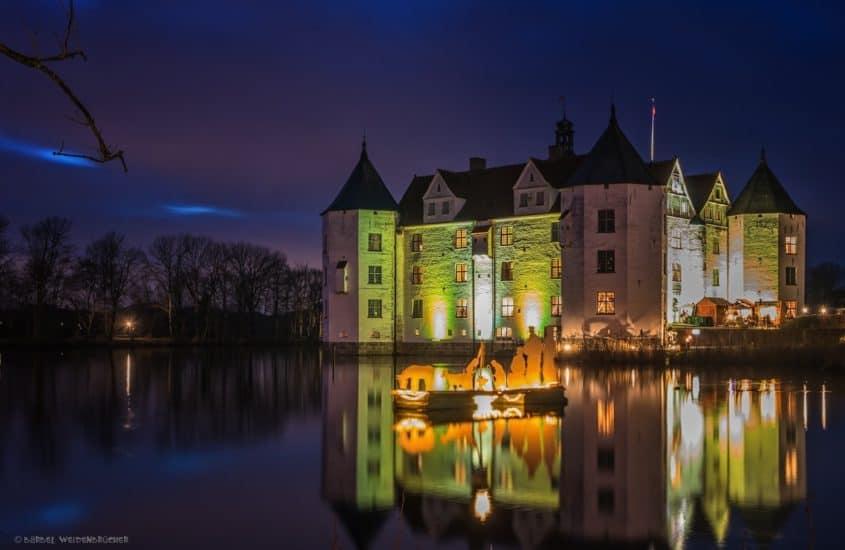 Weihnachtsmarkt Schloss Glücksberg bei Nacht