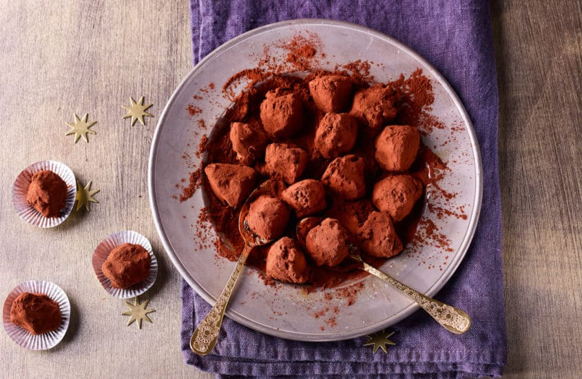 Pekannuss Pralinen auf Teller mit Kakaopiulver