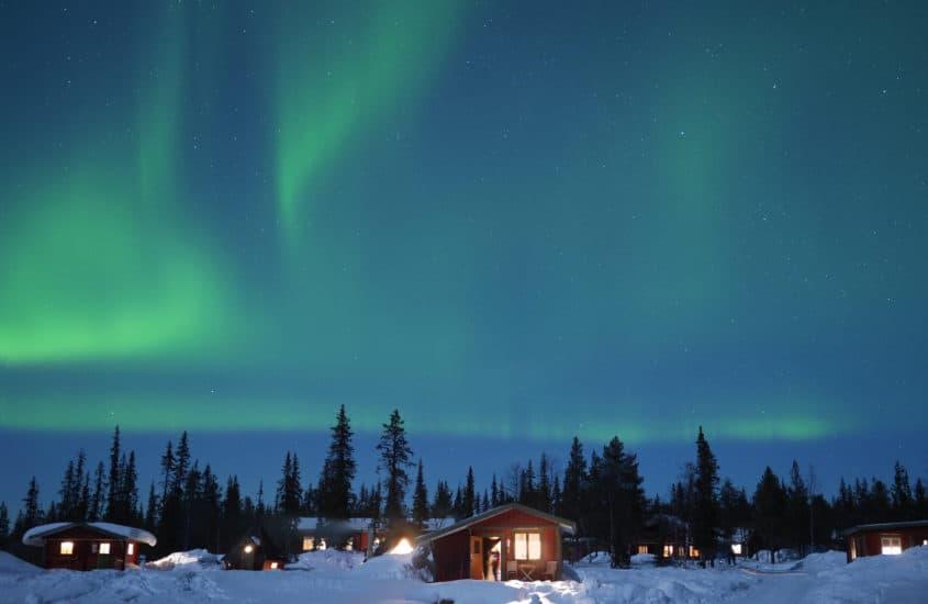 Nordlichter über Schneelandschaft in Lappland, Finnland