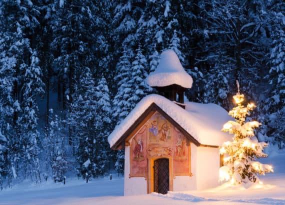 Verschneite Hütte in winterlicher Landschaft