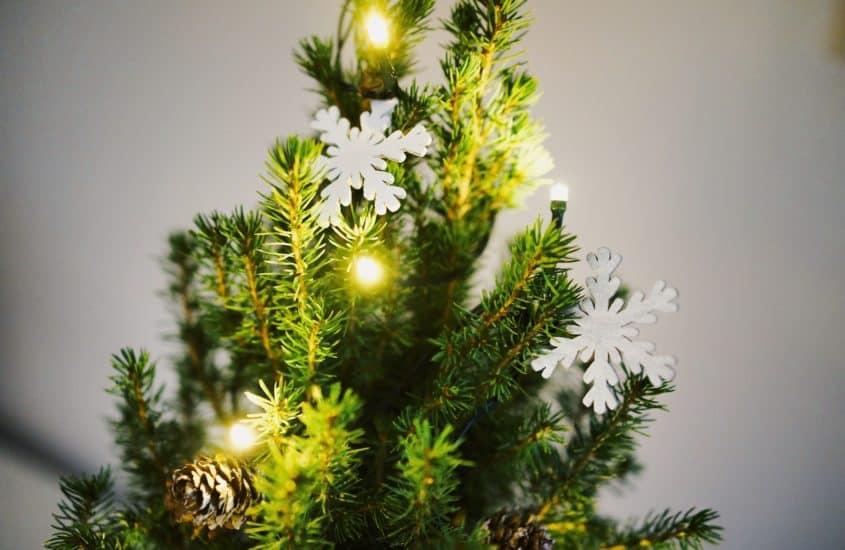Schneeflocken und Lchterkette in Weihnachtsbaum