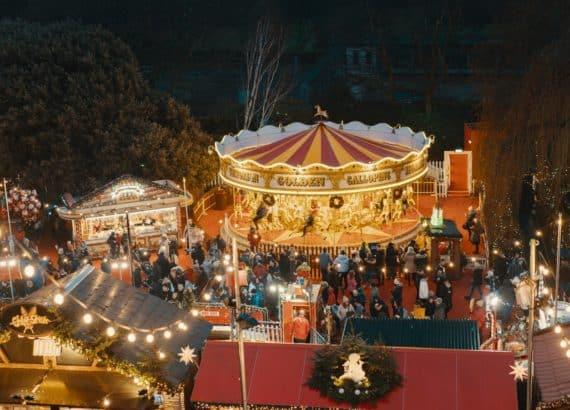 Gut besuchter Weihnachtsmarkt in Edinburgh, Schottland