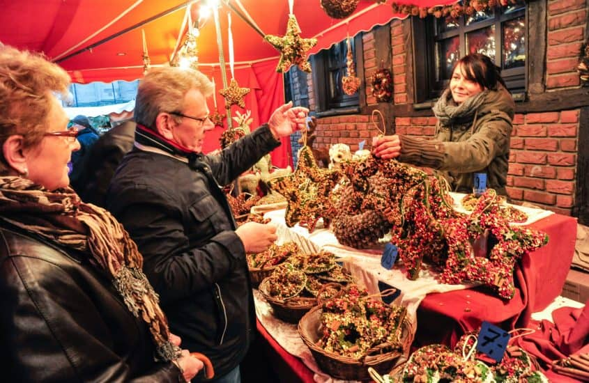 Ehepaar kauft Türkranz am Weihanchtsmatkstand