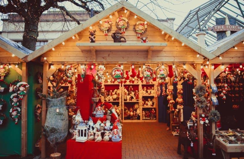 Weihnachtsbudemit Dekoration auf auf dem Weihnachtsmarkt