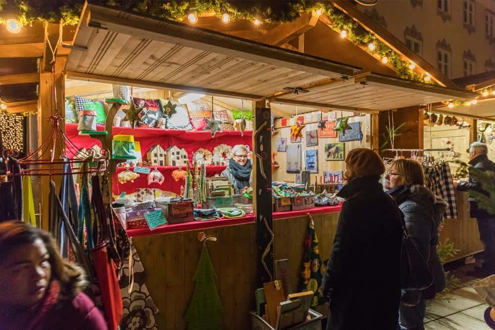 Weihnachtsmarktbude mit tollen Geschenken