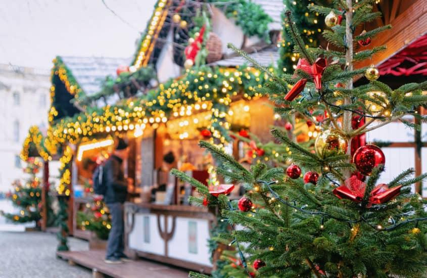 Geschmückte Bude auf dem Weihnachtsmarkt