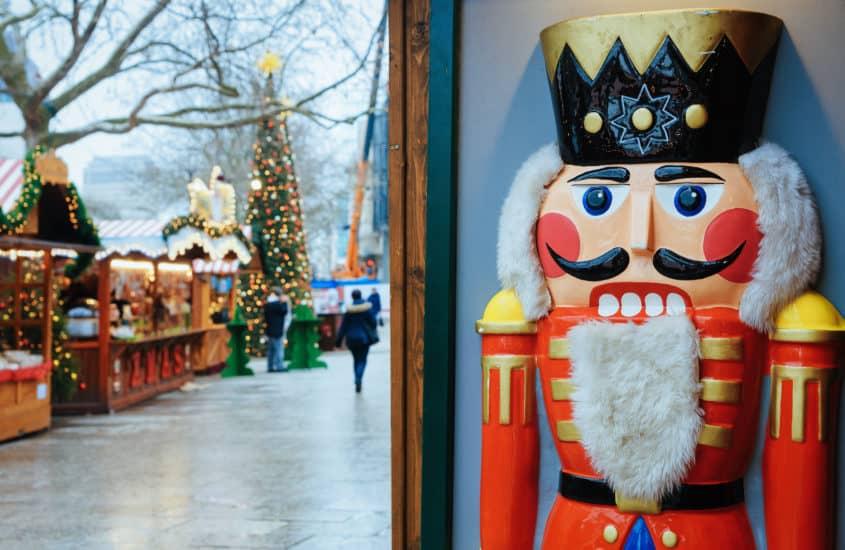 Nussknacker vor dem Weihnachtsmarkt