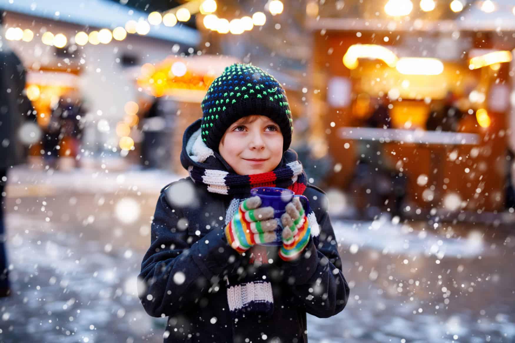kleines Kind im Schnee