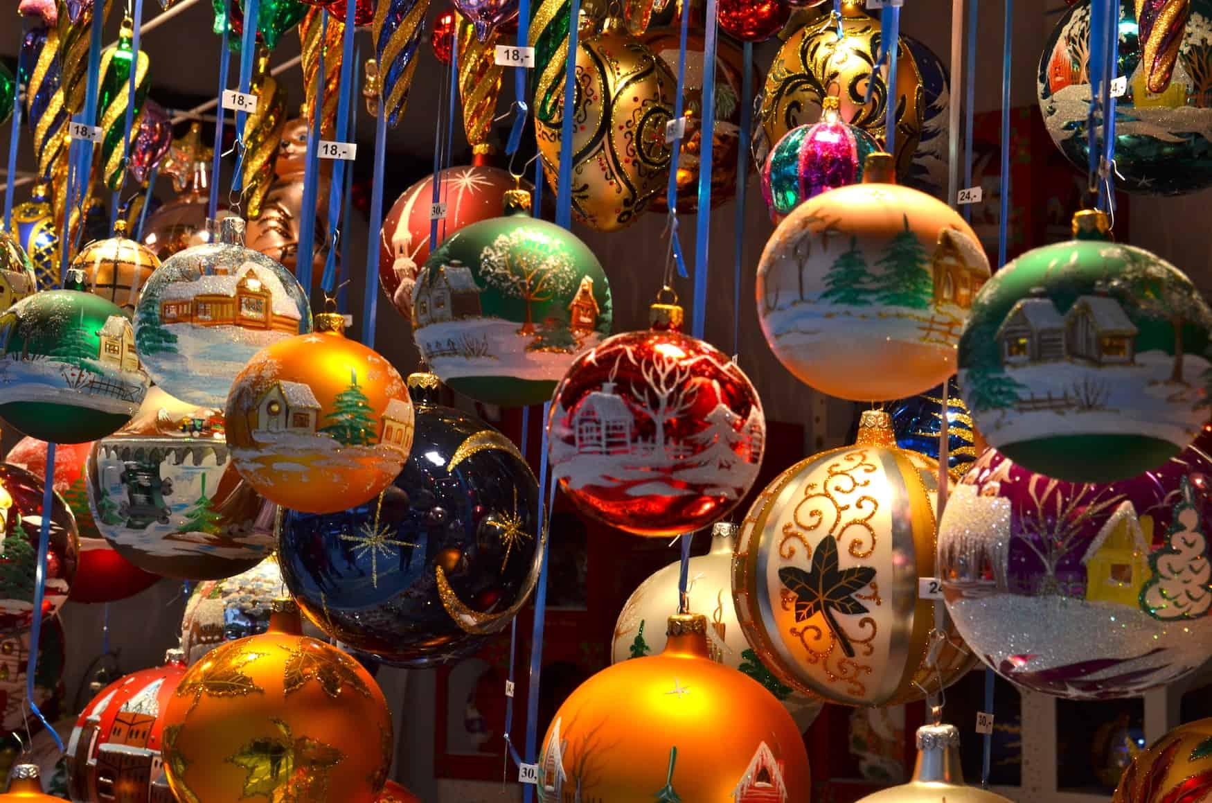 Weihnachtsmarktbude mit Christbaumkugeln