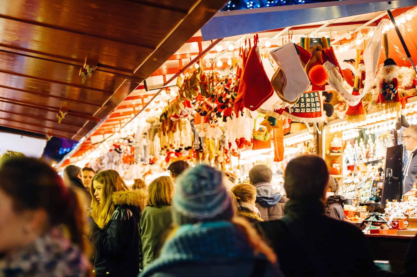 Menschen vor der Weihnachtsmarkt Verkaufsbude