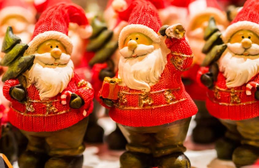 Deko Weihnachtsmänner auf dem Weihnachtsmarkt