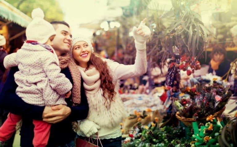 Familie fröhlich auf dem Weihnachtsmarkt