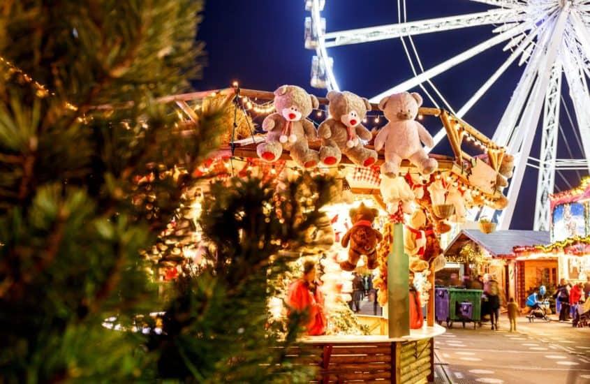 Weihnachtsmarkt mit Riesenrad und Karussell