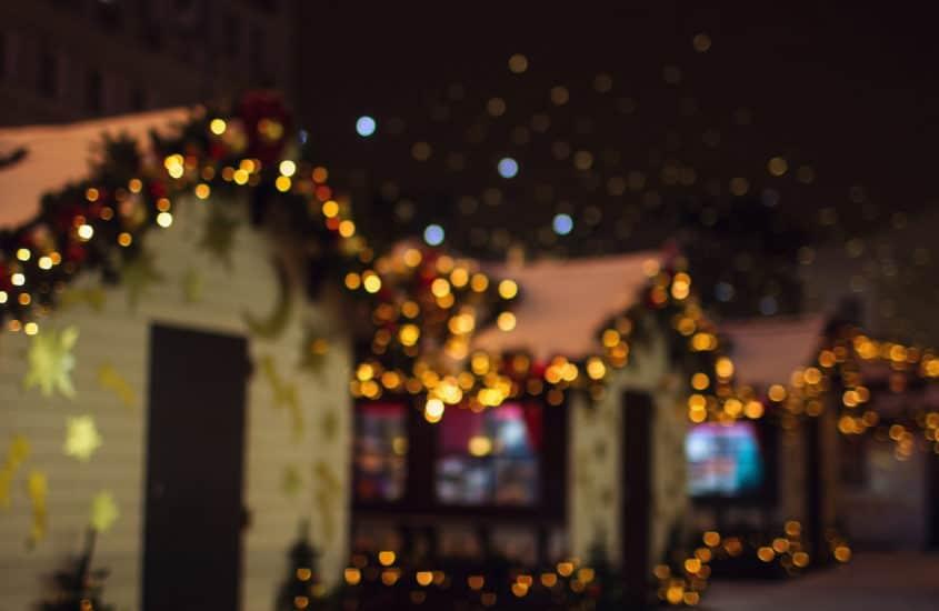 beleuchtete Weihnachtsmarktbuden