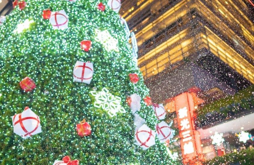 Dicker Weihnachtsbaum mit Schmuck