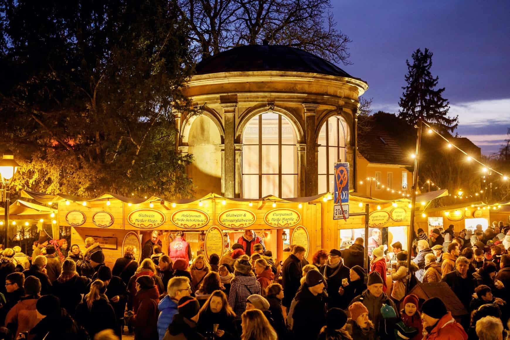 Menschen auf dem Weihnachtsmarkt beim Elbhangfest