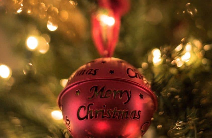 Christbaumkugel mit merry christmas aufschrift