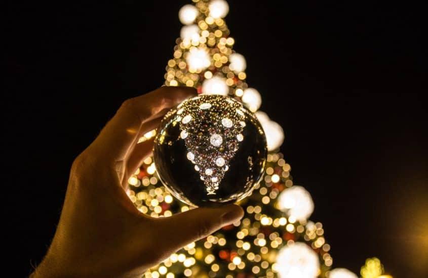 Christbaumkugel vor Weihnachtsbaum