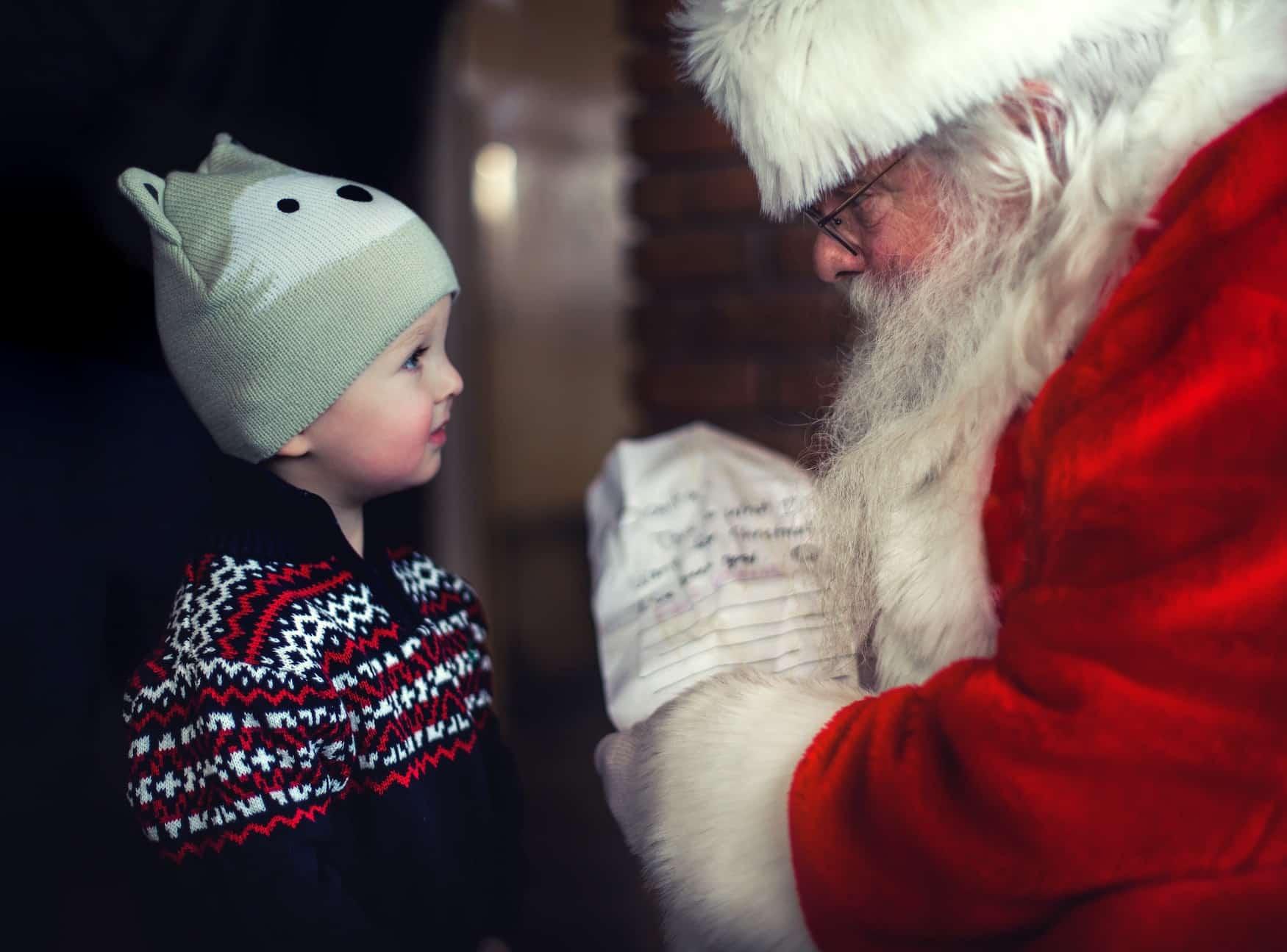 Nikolaus beschenkt ein kleines Kind