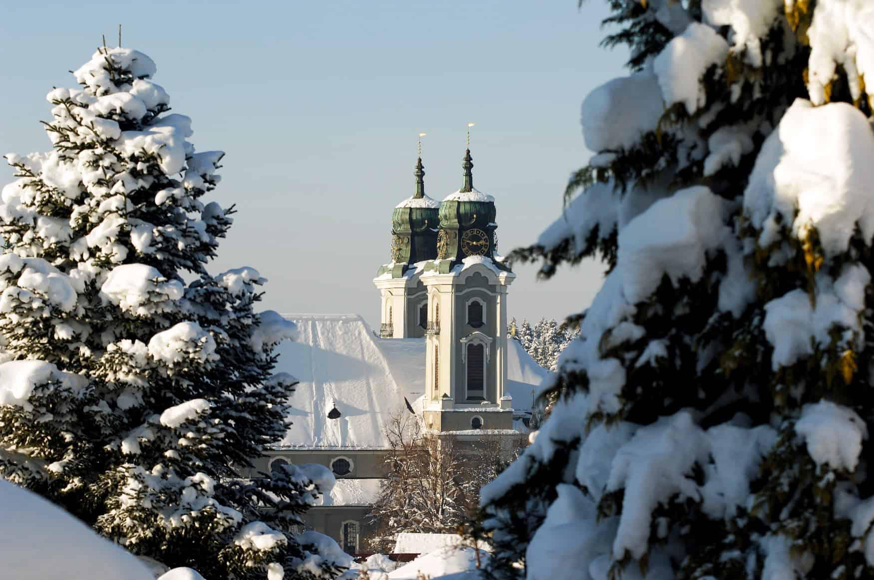 KulturBlick auf verschneite Kirche Lindenberg