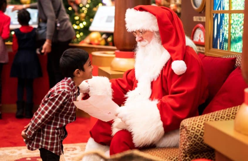 Nikolaus spricht mit Kind