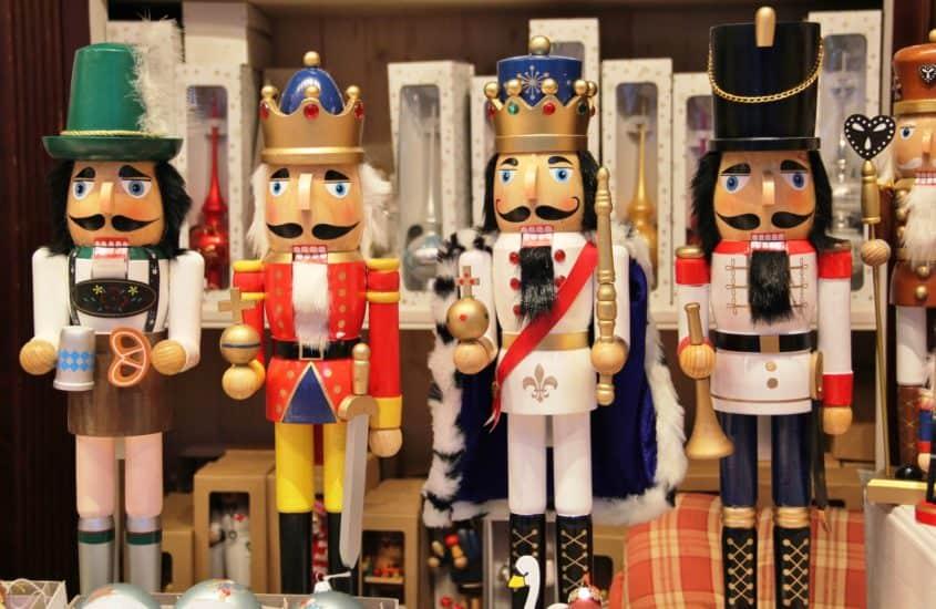 Nußknackerfiguren auf dem Weihnachtsmarkt