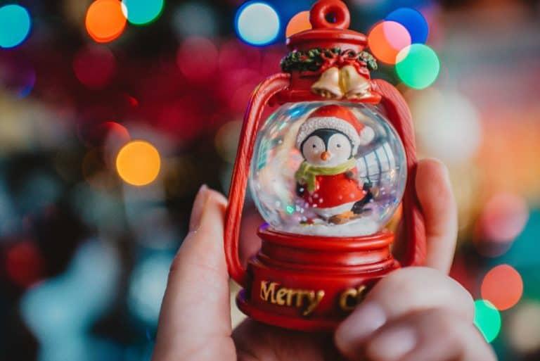 Weihnachtskugel aus Glas mit Pinguin