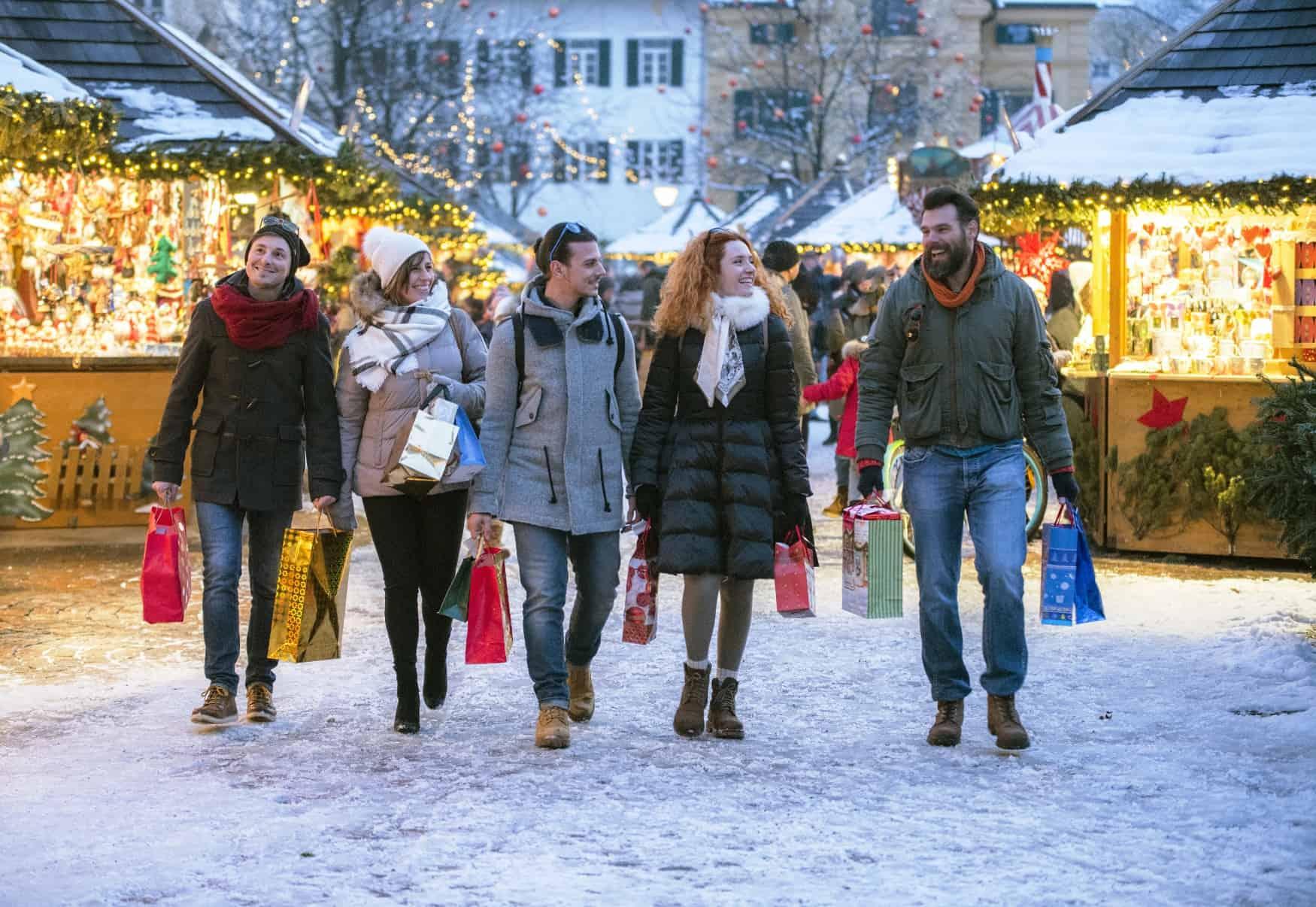 Junge Leute Weihnachtsmarkt Shopping