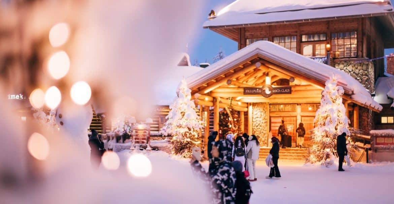 Zentraler Platz im Santa Claus Village in Rovaniemi
