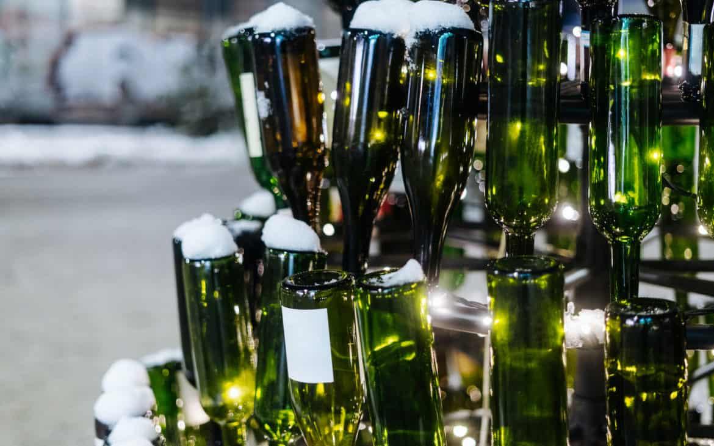 Weihnachtsbaum aus leeren Glasflaschen