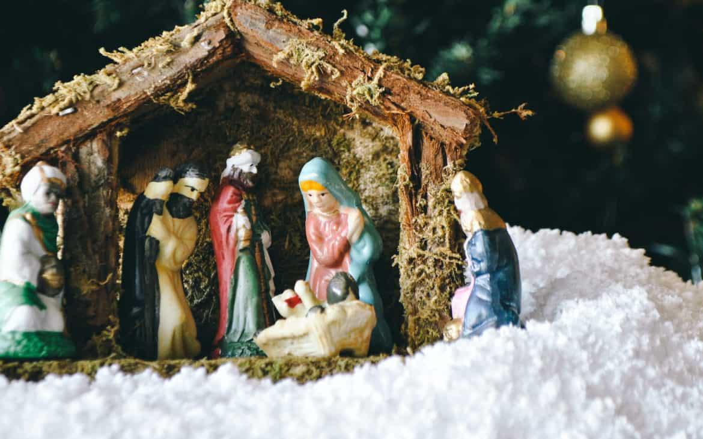 Weihnachtskrippe mit Maria, Joseph und Baby Jesus