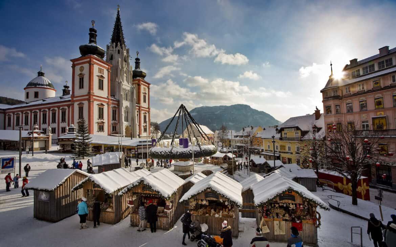 Vor der Basilika stellen die Einwohner von Mariazell jedes Jahr den größten, hängenden Adventkranz der Welt vor.